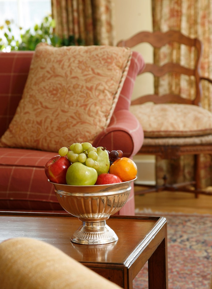 Sugar Hill Inn In Sugar Hill | Flat 10% Off – Rehlat With Regard To Indianola Modern Barrel Chairs (View 20 of 20)